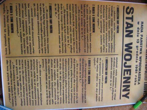 Satna wojenny wielki plakat o wprowadzeniu stanu wojennego